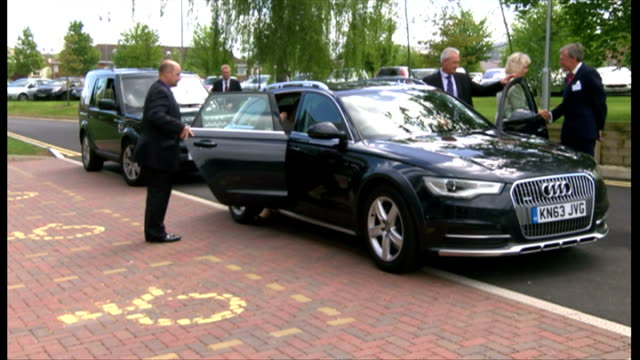 vidéos et rushes de exterior shot camilla duchess of cornwall arriving at nuffield orthopaedic centre on may 09 2014 in oxford england - colonne vertébrale humaine