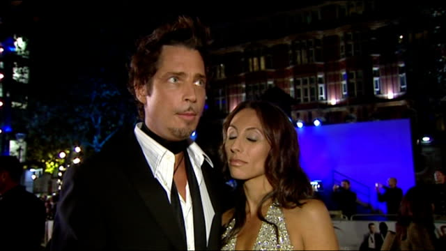 vídeos de stock, filmes e b-roll de exterior shot chris cornell being interviewed regarding james bond theme at casino royale premiere on 14th november 2006 in london. - série de filmes do james bond