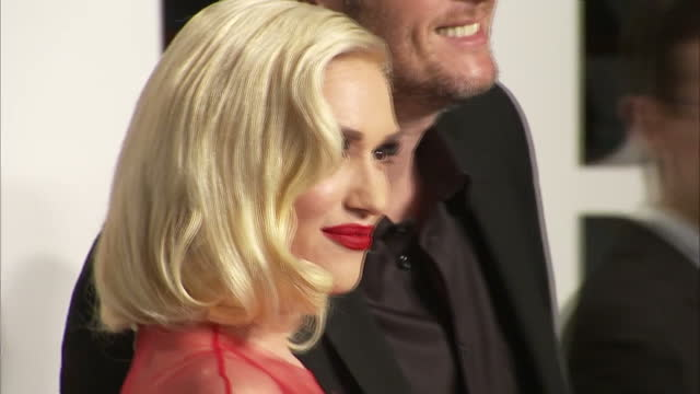 stockvideo's en b-roll-footage met exterior shot gwen stefani and blake shelton on vanity fair red carpet posing for photographers on february 28 2016 in hollywood california - vanity fair