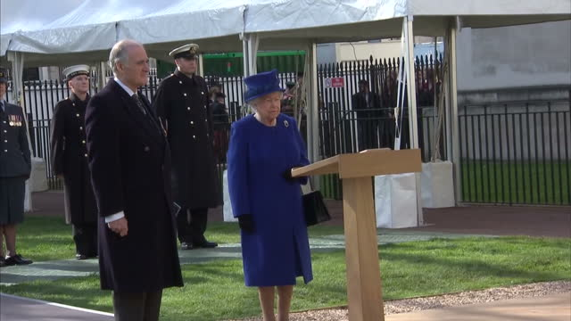 exterior shot her majesty the queen and prince phillip duke of edinburgh unveil war memorial sculpture releasing the robe covering the piece zoom in... - 戦争記念碑点の映像素材/bロール