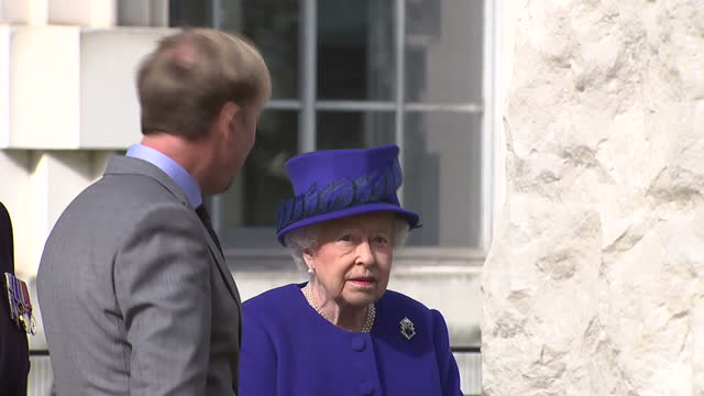 vidéos et rushes de exterior shot her majesty the queen talking to sculpture artist paul day after unveiling war memorial sculpture the memorial honoured the service and... - mémorial