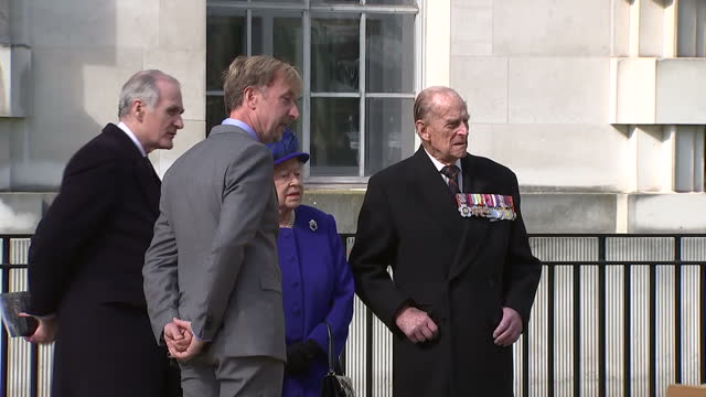 vidéos et rushes de exterior shot her majesty the queen walks away from war memorial sculpture and then stops to take one last look at it wearing a sombre expression she... - mémorial