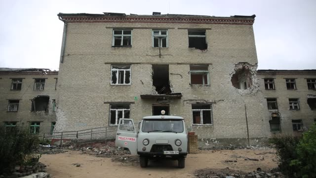 exterior shot in room inside destroyed hospital, where the pro-russians, and ukrainian military fought a major battle in july. semyonovka, was... - war stock-videos und b-roll-filmmaterial