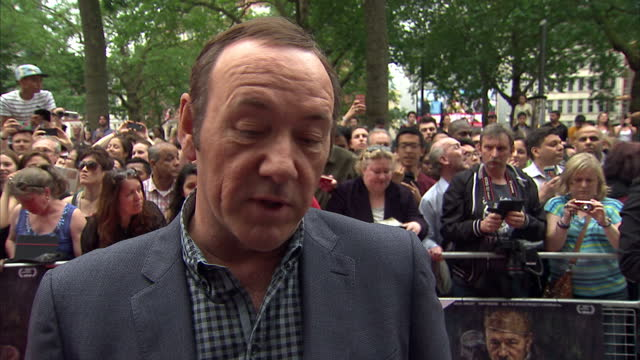 vídeos de stock e filmes b-roll de exterior shot kevin spacey, actor on now: in the wings on a world stage, red carpet talking about bringing an american and british cast together on a... - filme documentário