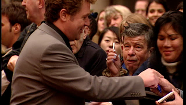 exterior shot michael ball arrives and signs autographs for fans at the king and i premiere the king and i musical premiere at london palladium on... - 親筆簽名 個影片檔及 b 捲影像