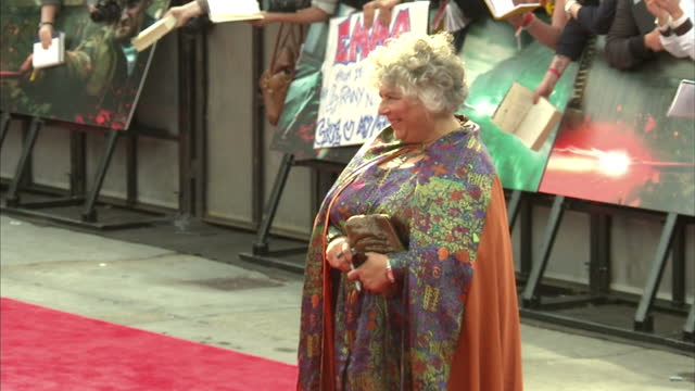 vídeos de stock e filmes b-roll de exterior shot miriam margolyes poses on the red carpet at the harry potter the deathly hallows part 2 premier miriam margolyes on the red carpet on... - miriam margolyes