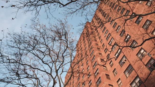 vídeos y material grabado en eventos de stock de exterior shot of a brooklyn public housing project - vista inclinada