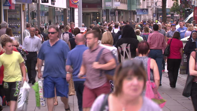 vídeos de stock, filmes e b-roll de exterior shot of crowds of shoppers walking along a busy high street in cardiff on a summer day.>> on august 08, 2014 in cardiff, wales. - high street