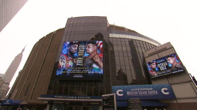 vídeos de stock e filmes b-roll de exterior shot of new york city outside madison square garden shot on 30th may 2019 in new york, united states of america - madison square garden