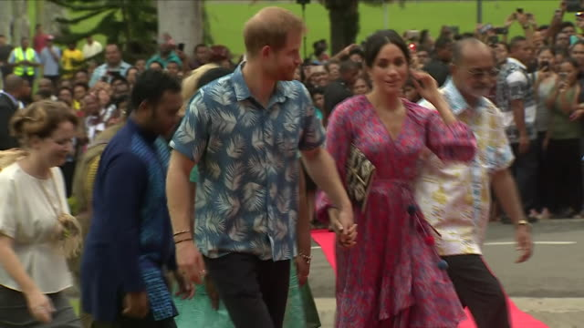 exterior shot of prince harry duke of sussex and meghan duchess of sussex walking together holding hands in their visit to university of the south... - ロイヤルツアー点の映像素材/bロール