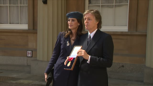 exterior shot of sir paul mccartney and partner nancy shevell with his companion of honour award on 4 may 2018 in buckingham palace london united... - darcey bussell bildbanksvideor och videomaterial från bakom kulisserna