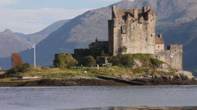 exterior shot of the eilean donan castle on an island in loch duich is only accessible via a stone bridge - see loch duich stock-videos und b-roll-filmmaterial