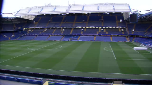 vídeos de stock e filmes b-roll de exterior shot of the pitch and stands at chelsea fc's stamford bridge stadium on 4th april 2019 in london, england - campo de futebol