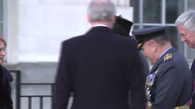 vidéos et rushes de exterior shot pan from war sculpture to prime minister theresa may talking to artist paul day walks away wearing hat followed by michael fallon... - mémorial