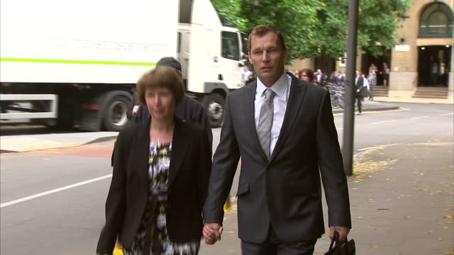 vidéos et rushes de exterior shot pc simon harwood arrives at southwark crown court a court has been told that the police officer accused of killing ian tomlinson at the... - couvre chef