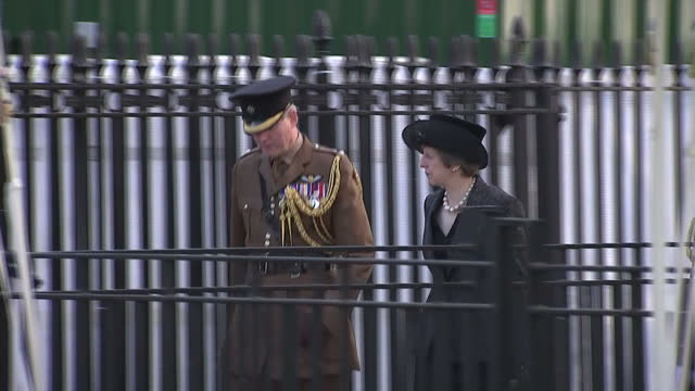 vidéos et rushes de exterior shot prime minister theresa may arrives at war memorial service followed by michael fallon defence secretary and military dignitaries the... - mémorial
