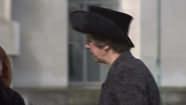 vidéos et rushes de exterior shot prime minister theresa may looks at war memorial sculpture and walks away wearing hat the memorial honoured the service and duty of... - mémorial