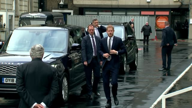 vídeos de stock e filmes b-roll de exterior shot prince harry duke of sussex arrives at king's college london on 14 march in london united kingdom - king's college