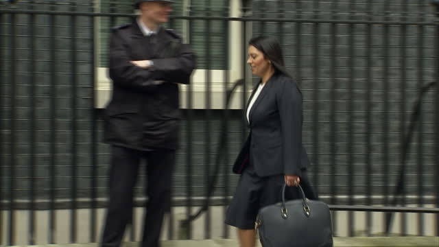 exterior shot priti patel conservative mp and secretary of state for international development walks into 10 downing street in london england on... - priti patel stock-videos und b-roll-filmmaterial