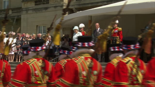 exterior shot queen elizabeth ii reviews members of the queen's body guard of the yeomen of the guard in the garden at buckingham palace on july 09... - elizabeth i of england stock videos & royalty-free footage
