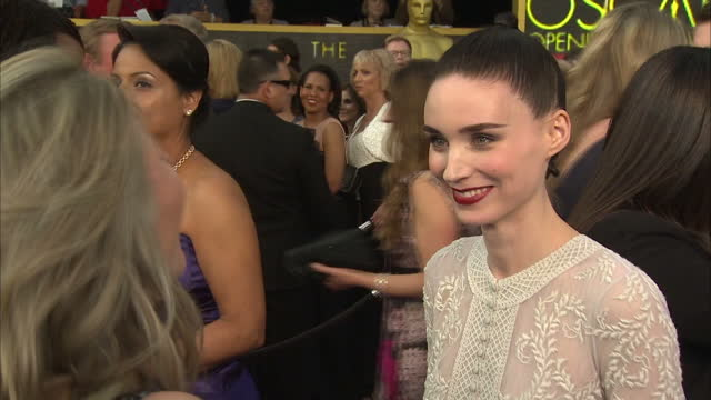vídeos de stock, filmes e b-roll de exterior shot rooney mara actress on academy awards red carpet talking about being nominated for an academy award on february 28 2016 in hollywood... - rooney mara