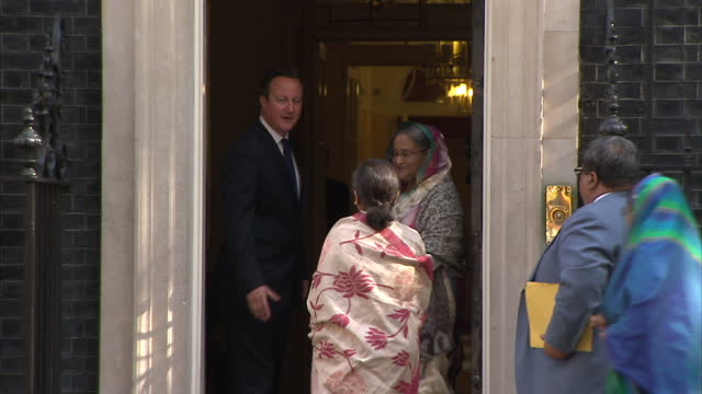 vidéos et rushes de exterior shot sheikh hasina prime minister of bangladesh arrives at downing street shake hands with david cameron and poses for cameras - bangladesh