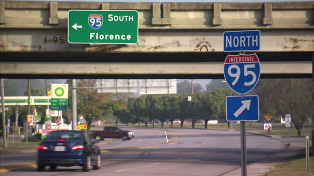 vídeos y material grabado en eventos de stock de exterior shot vehicles driving down interstate and pulling into bp petrol station with 'north interstate 95' signage in foreground on 19th october... - carolina del sur