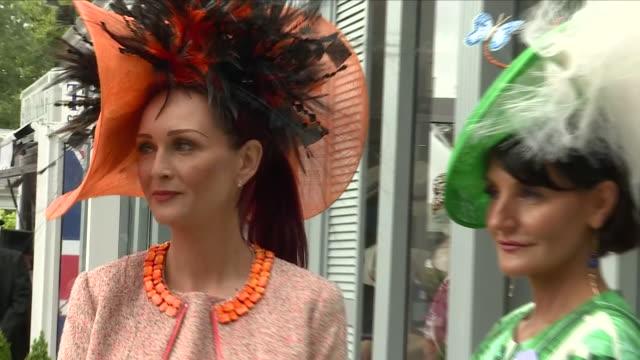 exterior shots a group of women wearing formal summer dresses and facinators at royal ascot racecourse 20th june 2018 ascot, england. - イギリス アスコット競馬場点の映像素材/bロール