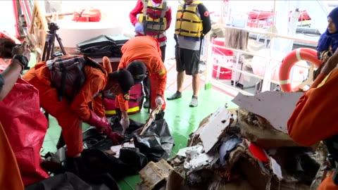 vidéos et rushes de exterior shots aboard an indonesian naval patrol boat sifting through wreckage after the crash of lion air flight jt610 on 30 october 2018 in... - indonésie