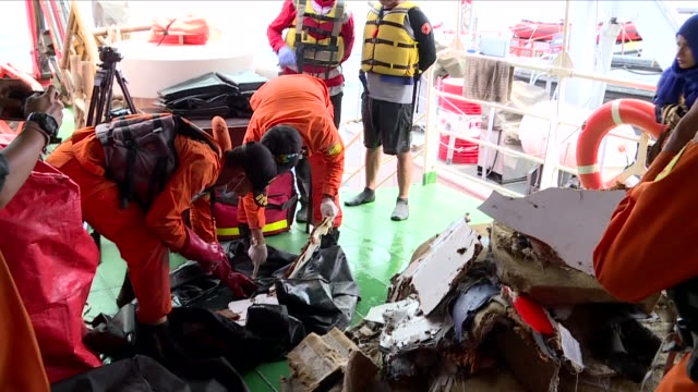 exterior shots aboard an indonesian naval patrol boat sifting through wreckage after the crash of lion air flight jt610 on 30 october 2018 in... - 航空事故点の映像素材/bロール