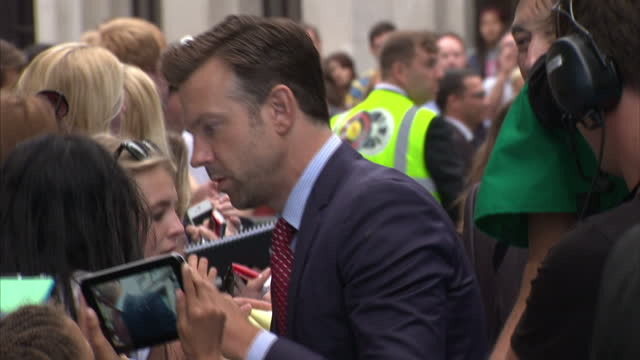 vídeos de stock e filmes b-roll de exterior shots actor jason sudiekis signing autographs for fans on the red carpet jason sudiekis signing autographs for fans on august 14 2013 in... - autografar