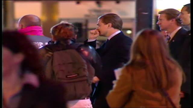 "exterior shots actor leonardo dicaprio at premiere of ""gangs of new york"" film on january 08, 2003 in london, england. - ギャング・オブ・ニューヨーク点の映像素材/bロール"