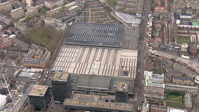 exterior shots aerials euston station following the train line north through london aerials over euston station railway line on august 27 2013 in... - 後を追う点の映像素材/bロール