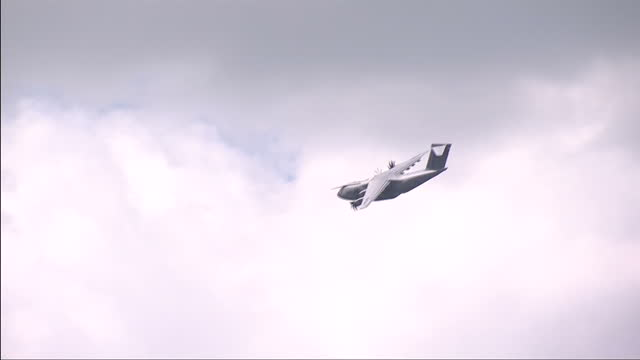 exterior shots airbus a400m flying around in circles in the sky on july 15 2014 in farnborough england - airbus stock-videos und b-roll-filmmaterial