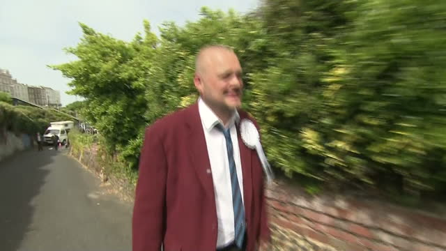 exterior shots al murray, pub landlord, talking about his south thanet defeat and posing for photographs, funny on may 08, 2015 in england. - al murray stock videos & royalty-free footage