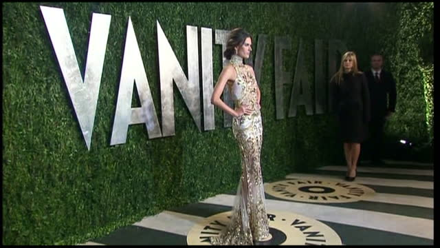 vídeos de stock, filmes e b-roll de exterior shots alessandra ambrosio poses for press vanity fair party arrivals on february 24 2013 in los angeles california - alessandra ambrosio