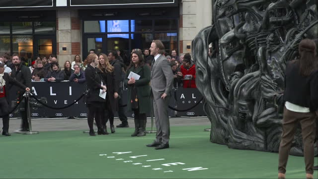 vídeos de stock e filmes b-roll de exterior shots alien covenant film premiere in leicester square nathaniel dean actor posing for snappers on red carpet in london england on thursday... - lutjanídeo