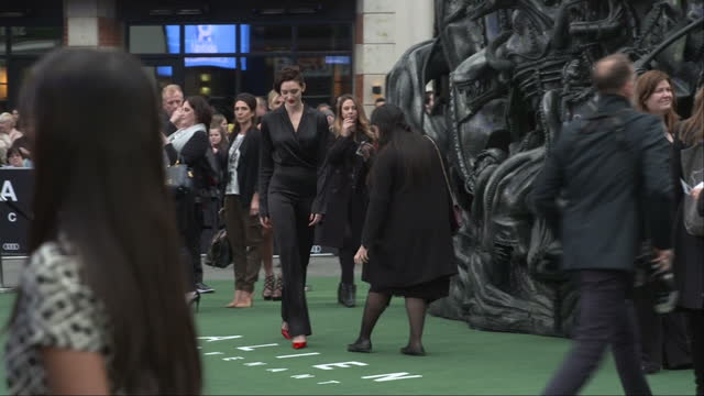vídeos de stock e filmes b-roll de exterior shots alien covenant film premiere in leicester square tess haubrich actress posing for snappers on red carpet in london england on thursday... - lutjanídeo