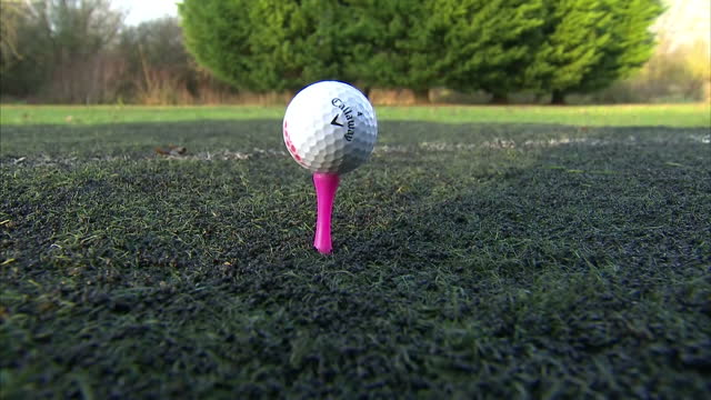 vídeos de stock, filmes e b-roll de exterior shots anon hand puts golf tee into grass and places callaway golf ball on tee on december 20 2016 in hull united kingdom - tee