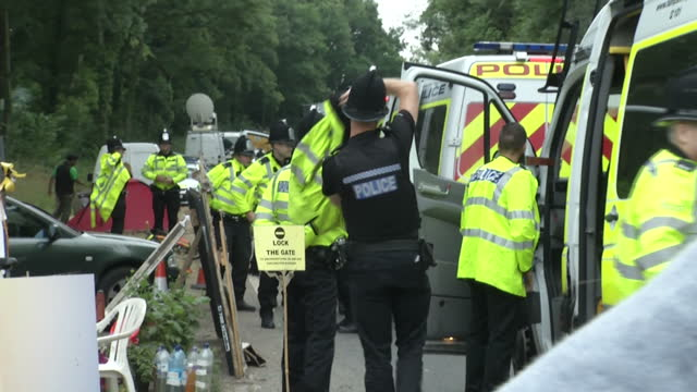 exterior shots anti-fracking protest site near balcombe. fracking cuadrilla site protest on august 16, 2013 in crawley, west sussex - protesta anti fracking video stock e b–roll