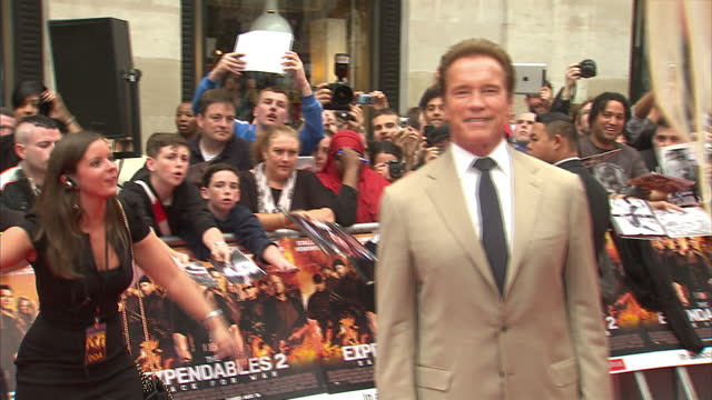 exterior shots arnold schwarzenegger poses on the red carpet at the expendables 2 premiere arnold schwarzenegger expendables 2 red carpet on august... - arnold schwarzenegger stock-videos und b-roll-filmmaterial