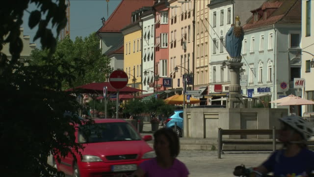 exterior shots around the bavarian town of deggendorf with people strolling around, eating ice cream and the traditional town square on 3 july 2018... - 国境点の映像素材/bロール