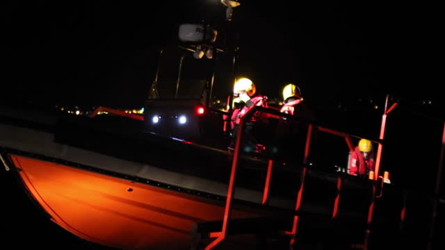vídeos y material grabado en eventos de stock de exterior shots at night time of an rnli coastguard search and rescue boat being launched into the solent and sailing off in search of missing kayaker... - canal de la mancha