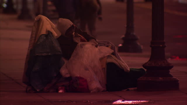 vídeos de stock, filmes e b-roll de exterior shots at night time of anonymous homeless people wrapped in covers on the pavements on a freezing cold winter's night on february 08 2015 in... - pedindo esmola
