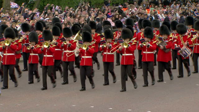 exterior shots band of the welsh guards marching out from the gates of buckingham palace exterior high shots band of the welsh guards marches past... - 40 seconds or greater stock videos & royalty-free footage