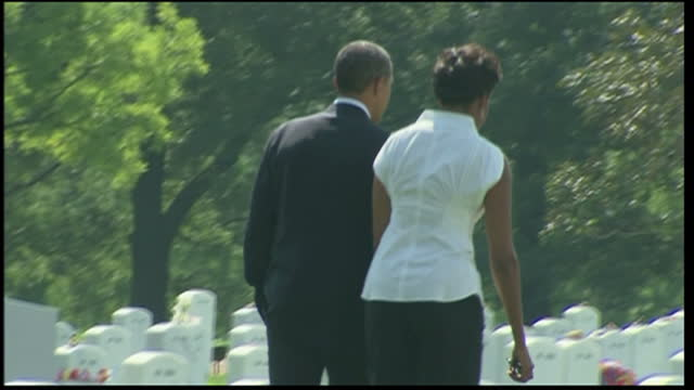 exterior shots barack obama hugs the wife of a us serviceman killed in afghanistan in arlington cemetery exterior shots barack michelle obama walk... - アーリントン点の映像素材/bロール