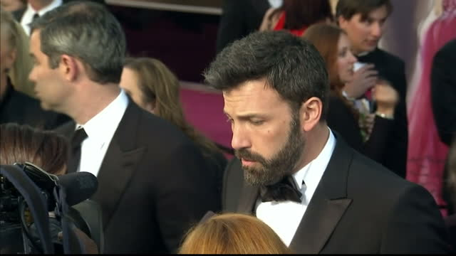 vídeos de stock e filmes b-roll de exterior shots ben affleck chats to reporters on the red carpet. at dolby theatre on february 24, 2013 in hollywood, california. - the dolby theatre