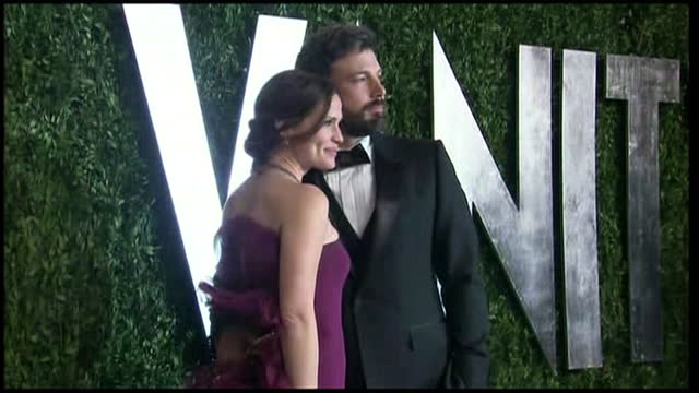 exterior shots ben affleck posing on vanity fair red carpet with academy award and wife jennifer garner on february 24 2013 in los angeles california - ben affleck stock videos & royalty-free footage