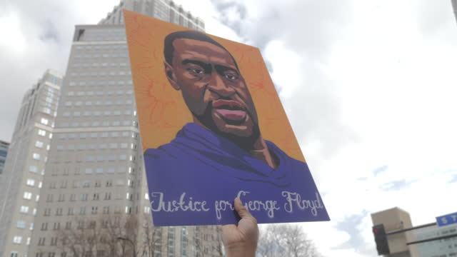 stockvideo's en b-roll-footage met exterior shots black lives matter blm protesters waving flag and holding a george floyd poster on 21st april 2021 minneapolis, united states. - oordeel juridische procedure