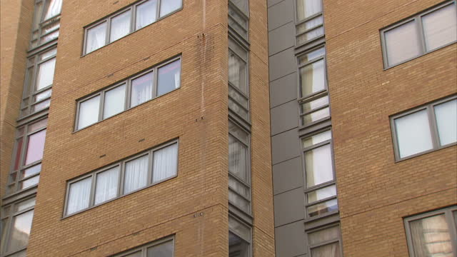 exterior shots block of flats where mohammed chowdhury lives close ups of window and stanliff house signnine men have admitted they planned to bomb... - börse von london stock-videos und b-roll-filmmaterial